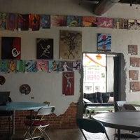 Foto tomada en Hodgepodge Coffeehouse and Gallery por Mike C. el 10/14/2013