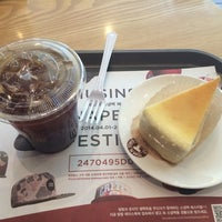 Photo taken at TOM N TOMS COFFEE by flyme2themoon on 4/11/2014