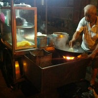 Photo taken at Siam Road Charcoal Char Koay Teow by Sean T. on 10/8/2012