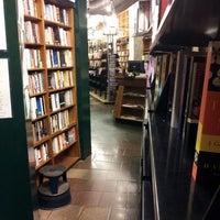 รูปภาพถ่ายที่ St. Mark's Bookshop โดย Anu J. เมื่อ 3/11/2013