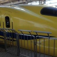 Photo taken at JR新大阪駅 21-22番線ホーム by 哲ちゃん on 11/16/2012