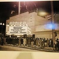 Foto tirada no(a) Admiral Theater por Maureen D. em 12/22/2017