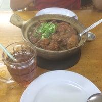 Photo taken at Huen Kee Claypot Chicken Rice by Xiiao H. on 12/6/2016