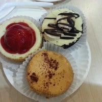 รูปภาพถ่ายที่ Eileen's Special Cheesecake โดย Raymond W. เมื่อ 10/11/2012