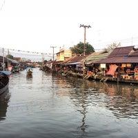 Photo taken at (อัมพวา) Amphawa by Chitʅ(´◔౪◔)スパチャイチット。 on 12/13/2014