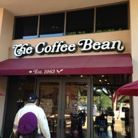 Photo taken at The Coffee Bean & Tea Leaf by Héctor R. on 12/24/2012