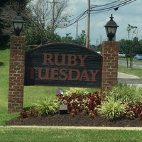 Photo taken at Ruby Tuesday by Victor 🌴 M. on 7/20/2016