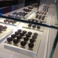 Foto tirada no(a) Fran's Chocolates por Sara em 2/16/2013