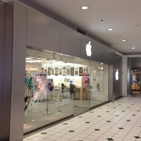 Photo taken at Apple Pentagon City by Melvin Bossman R. on 7/17/2013