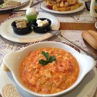 12/8/2012 tarihinde Aziz Sıtkıziyaretçi tarafından Cafe Crown Cubuklu'de çekilen fotoğraf