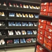 Foto tirada no(a) Nike Factory Store por Vanessa S. em 9/1/2014