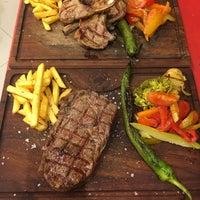 Foto tirada no(a) Besin Kasap & Steakhouse por Murat K. em 12/21/2017
