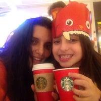 Foto tirada no(a) Starbucks por Mari em 11/29/2015