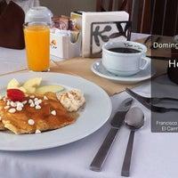 Foto tomada en La Cima Restaurant Bar por La Cima el 10/20/2013