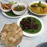 Photo taken at ร้านอาหารพื้นเมือง ข้าวอุ่น Northern Thai Cuisine by Chiwapan C. on 7/30/2015