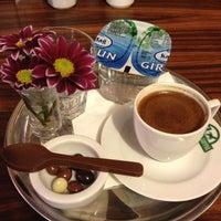12/14/2012 tarihinde Elisa A.ziyaretçi tarafından Edward's Coffee'de çekilen fotoğraf