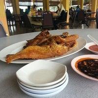 Photo taken at Restoran Nelayan Terapung Ujung Batu by Shukor F. on 1/9/2014