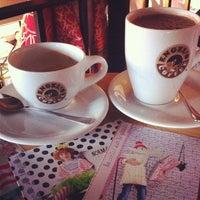 12/7/2013 tarihinde Amandineziyaretçi tarafından Engel's Coffee'de çekilen fotoğraf