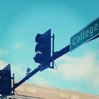 Foto tomada en College Avenue Promenade por Jacob S. el 12/9/2013