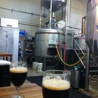 Foto tomada en Monkish Brewing Co. por Cat L. el 12/23/2012
