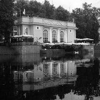 Foto tirada no(a) Patriarshiye Ponds por bolart em 7/15/2013