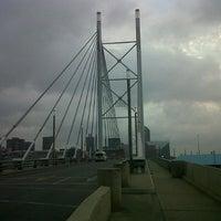 Снимок сделан в Nelson Mandela Bridge пользователем Graphic C. 10/21/2012