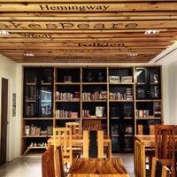 Foto tomada en Tweedle Book Cafe por Jofel G. el 9/9/2015