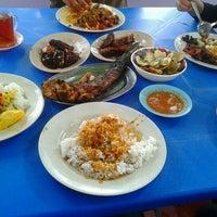 รูปภาพถ่ายที่ Restoren Ikan Bakar Pak Tat โดย Syazmin S. เมื่อ 9/26/2012