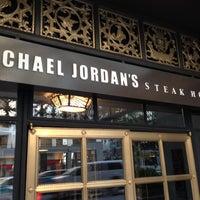 Das Foto wurde bei Michael Jordan's Steak House Chicago von Rasheed am 10/4/2012 aufgenommen