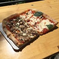 6/5/2015 tarihinde Michael C.ziyaretçi tarafından Garda Pizza'de çekilen fotoğraf