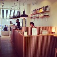 4/22/2013 tarihinde Simon T.ziyaretçi tarafından The Monocle Café'de çekilen fotoğraf