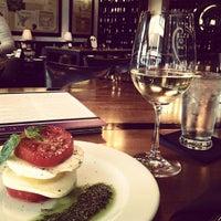 Foto tomada en CRÚ - A Wine Bar por Stephanie B. el 3/16/2013