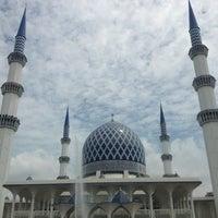 Photo taken at Masjid Sultan Salahuddin Abdul Aziz Shah by Zabri on 7/19/2013