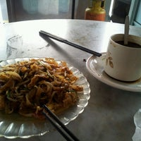 Photo taken at Siam Road Charcoal Char Koay Teow by Kate C. on 12/10/2012