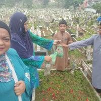 Photo taken at Tanah Perkuburan Islam Jalan Cheras by Zauyah Z. on 9/12/2016