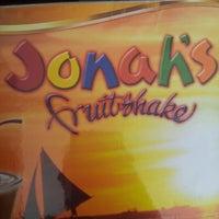 Foto diambil di Jonah's Fruitshake and Snackbar oleh Irene S. pada 11/21/2012