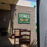 Foto tomada en Jones Coffee Roasters por Melinda M. el 4/29/2013