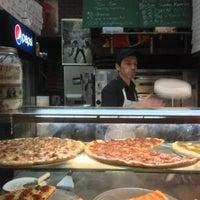 รูปภาพถ่ายที่ Champion Pizza โดย Michael Della Polla เมื่อ 10/4/2013