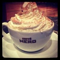 รูปภาพถ่ายที่ Caffè Nero โดย Defne A. เมื่อ 12/15/2012