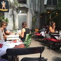 Das Foto wurde bei Schwarzes Café von Orhan U. am 8/16/2015 aufgenommen