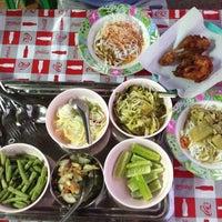 รูปภาพถ่ายที่ ขนมจีน โกจ้อย โดย PeacK S. เมื่อ 1/25/2014