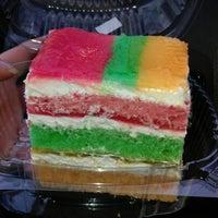 2/11/2013 tarihinde Jenny J.ziyaretçi tarafından Cakes of Paradise'de çekilen fotoğraf