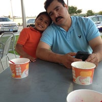 Photo taken at Tutti Frutti Frozen Yogurt by Miriam on 5/12/2013