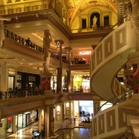 Das Foto wurde bei The Forum Shops at Caesars von Roy H. am 4/13/2013 aufgenommen