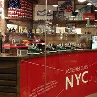 Foto tirada no(a) New Balance NYC Flagship Store por Fernando B. em 11/4/2012