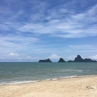 Photo taken at Rub Lom Seafood by นิด ร. on 4/10/2017