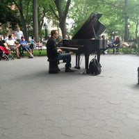 Foto scattata a Washington Square Park da Harriet M. il 6/2/2013