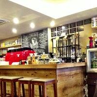 Снимок сделан в drip coffee | ist пользователем Farah S. 3/9/2014
