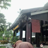 Photo taken at Kantor Walikota Banjarmasin - Pemkot Banjarmasin by Devi R. on 2/17/2013