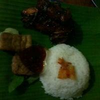 Photo taken at Waroeng Garoeng by Musnita S. on 11/24/2012